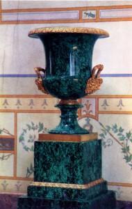 Ваза. 1830-е. Малахит, золоченая бронза. Высота 63. Петергофская гранильная фабрика.