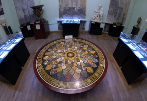 Каменный мозаичный стол